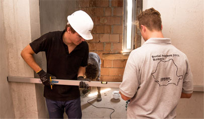 Geberit apprentices hard at work in the Hospice Casa Sperantei in Bucharest.